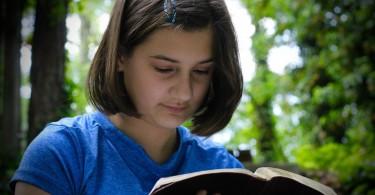 niña-biblia